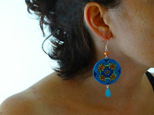 Orecchini dipinti a mano – Cerchi aranci e blue di Vietri