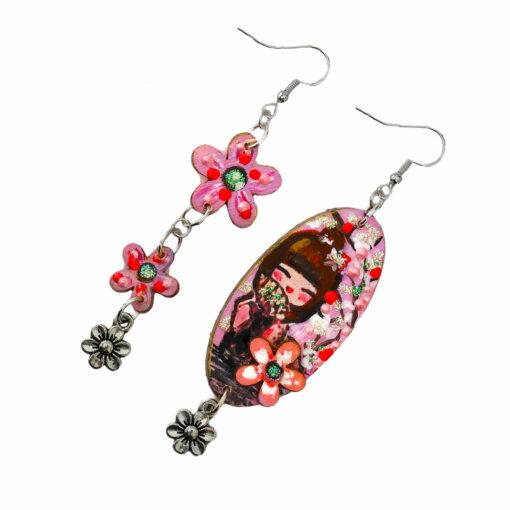 Orecchini dipinti a mano - Kokeshi rosa asimmetrici